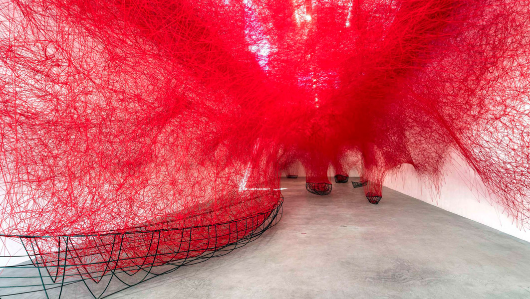 Chiharu Shiota, Uncertain Journey, 2016, Installation View Courtesy die Künstlerin und Blain|Southern, Photo: Christian Glaeser